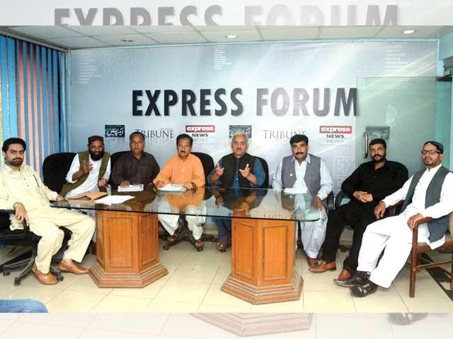 یکساں سروس اسٹرکچر، پے اسکیل دیا جائے، شاہد خٹک، چوہدری قدیر، راجا بلال، ضیا یوسف زئی، حسن جاوید، ایکسپریس فورم میں گفتگو۔ فوٹو: ایکسپریس