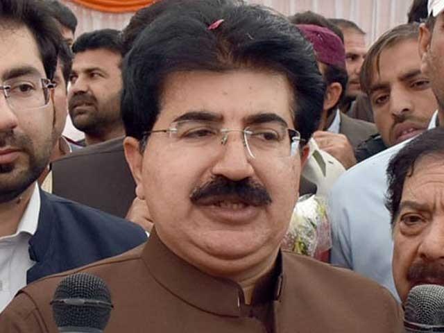 وزیراعظم شاہد خاقان عباسی  صادق سنجرانی کو شدید تنقید کا نشانہ بناتے ہیں فوٹو: فائل