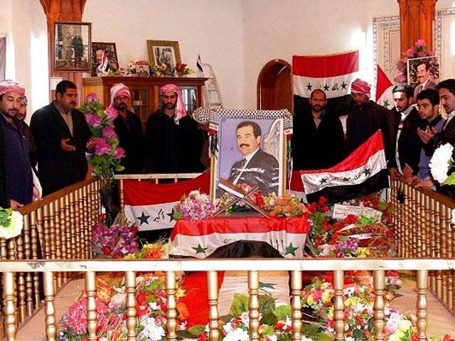 سابق عراقی صدر کی لاش ان کے آبائی علاقے العوجا میں دفن کرکے اس پر مقبرہ بنا دیا گیا تھا۔ : فوٹو : فائل