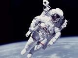 ناسا میں کئی خواتین خلاء نورد خدمات انجام دے رہی ہیں لیکن کسی خاتون کو چاند پر نہیں بھیجا گیا،خاتون انجینئر (فوٹو : فائل)