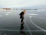 عمر رسیدگی کے باوجود وہ سخت سردی میں جھیل بیکال کے ایک کنارے سے دوسرے کنارے کا سفر کرتی ہیں (فوٹو: بشکریہ سائبیریا ٹائمز)