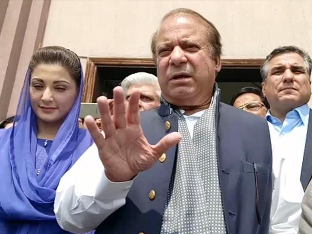 پورے پاکستان کے عوام جانتے ہیں کہ 'اوپر' سے کیا مطلب ہے، سابق وزیراعظم۔ فوٹو:فائل