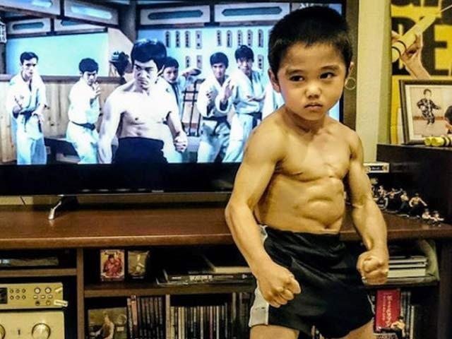 جاپان کے اس ننھے بچے کو بروس لی کا خطاب دیا جارہا ہے۔  فوٹو: بشکریہ رائیوسی امائی فیس بک پیج