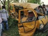 اسکول بس میں 20 سے زائد بچے موجود تھے جن میں سے 13 موقع پر ہی جاں بحق اور 8 زخمی ہوگئے فوٹو:بھارتی میڈیا