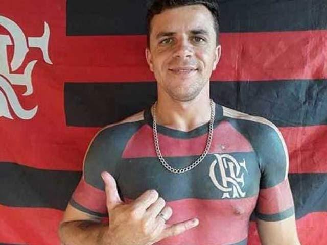 برازیل میں فلیمنگو کلب کے مداح ہوزے موریسیو اپنے جسم پر شرٹ کا ٹیٹو بنوانے کے بعد بہت خوش ہیں۔ فوٹو: فائل