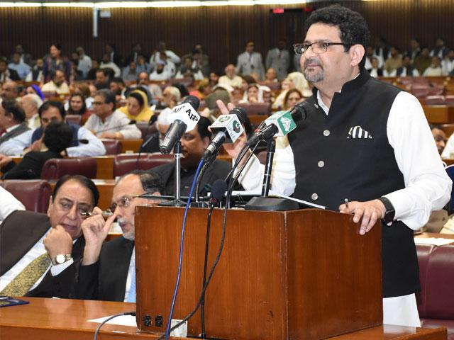 وفاقی وزیر خزانہ مفتاح اسماعیل نے بجٹ پیش کیا فوٹو: پی آئی ڈی