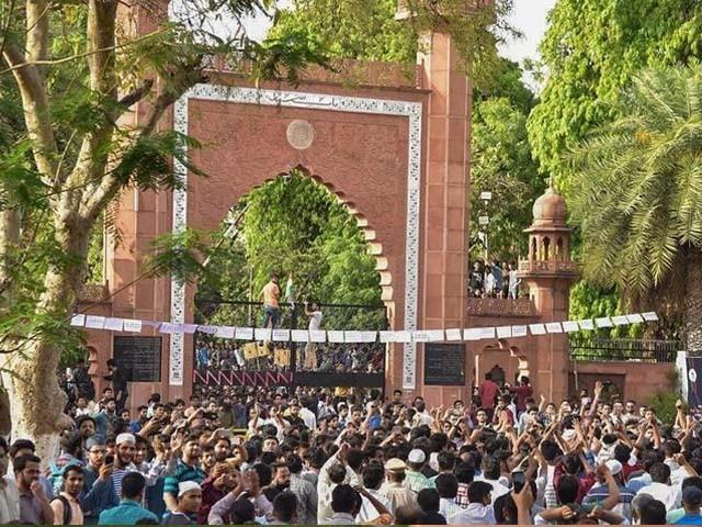 قائد اعظم کی تصویر ہٹانے پر علی گڑھ یونیورسٹی کے طلبا تین دن سے دھرنا دیئے بیٹھے ہیں۔ فوٹو : بھارتی میڈیا