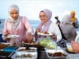 ابھی رمضان کی آمد آمد ہے اور اکثر و بیش تر خواتین کی یہی سوچ ہوگی اچھے اچھے کپڑے تیار کرلیے جائیں۔ فوٹو: سوشل میڈیا