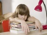 بعض بچے سست، کند ذہن، موٹی عقل والا، ڈھیلا، بیوقوف کیوں کہلاتے ہیں؟ اسباب کیا ہیں اور علاج کیسے ہوسکتاہے؟۔ فوٹو: سوشل میڈیا