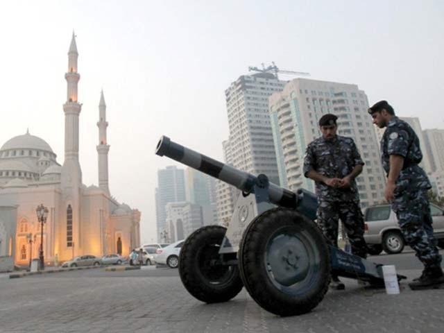 سعودی عرب سمیت کئی ممالک میں توپوں سےافطار کا اعلان ہوتا ہے۔ فوٹو: فائل