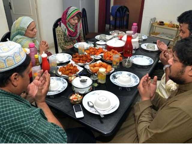 روزہ خوش خوراک، خوش لباس اور فارغ البال آسودہ لوگوں کو غربت کے تھپیڑوں کا شکار رہنے والوں سے محبّت و مروّت کی ترغیب دیتا ہے