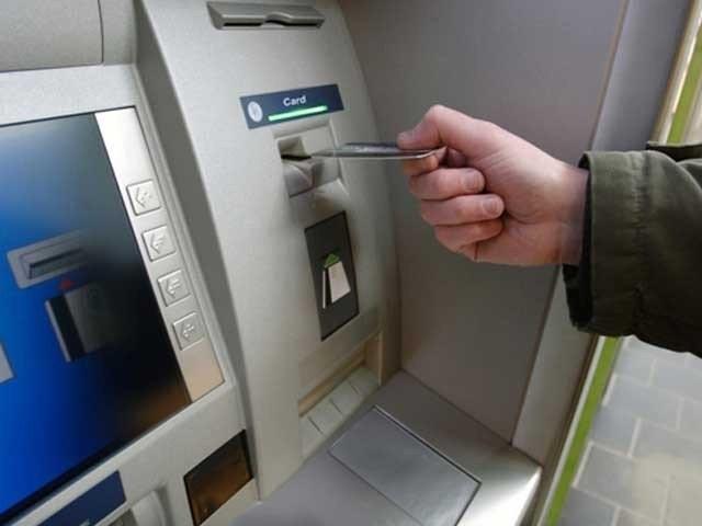 تمام بینکوں کو حکم دیا گیا ہے کہ وہ اپنی خراب اے ٹی ایم مشینیں 48 گھنٹوں کے اندر درست کرواکر انہیں چالوحالت میں لائیں۔ فوٹو؛ فائل