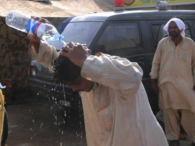 کراچی میں گرمی کا یہ زور پورے ہفتے ہی جاری رہے گا۔  فوٹو:فائل
