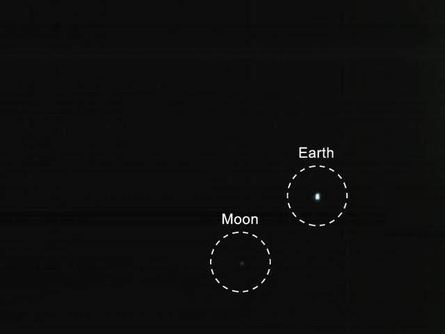 ناسا کے مختصر ترین سیٹلائٹ نے زمین اور چاند کی تصویر بھیجی ہے۔ (فوٹو: جے پی ایل/ ناسا)