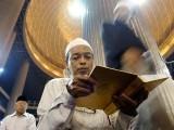 ہر کام سے پہلے بسم اللہ الرحمن الرحیم کی آیت پڑھنا بھی اللہ کے رنگ میں رنگ جانے کے لیے ہی ہے۔ فوٹو: فائل