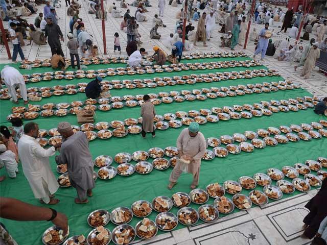 ایک روایت میں ہے کہ تمہارے پاس رمضان کا مہینہ آچکا ہے تم اس کے لیے نیت پہلے ہی درست کرلو۔ فوٹو: فائل
