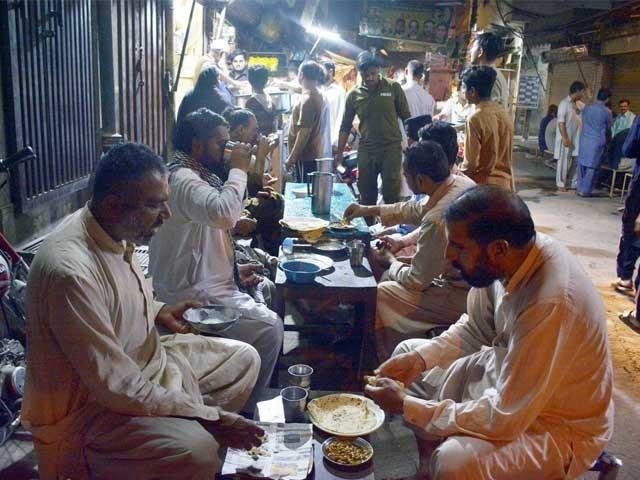 بیسن کیڑا لگی دالوں کا بنتا ہے، محسن بھٹی، افطار کا بہت ثواب ہے، مفتی حنیف، کل تک میں گفتگو ۔  فوٹو : ایکسپریس
