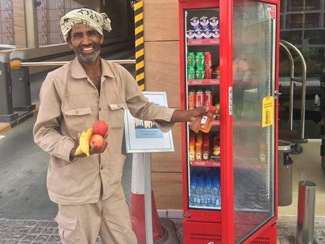 دبئی میں رمضان فریج سے ایک مزدور پھل لے رہا ہے ۔ فوٹو: بشکریہ گلف نیوز