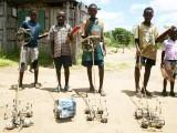 افریقی بچے اپنے سادہ کھلونوں کے ساتھ مسرور دکھائی دے رہے ہیں۔ فوٹو: فائل