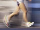 پیروں اور ٹانگوں کو حرکت نہ دینے سے دماغی خلیات شدید متاثر ہوسکتے ہیں (فوٹو: فائل )