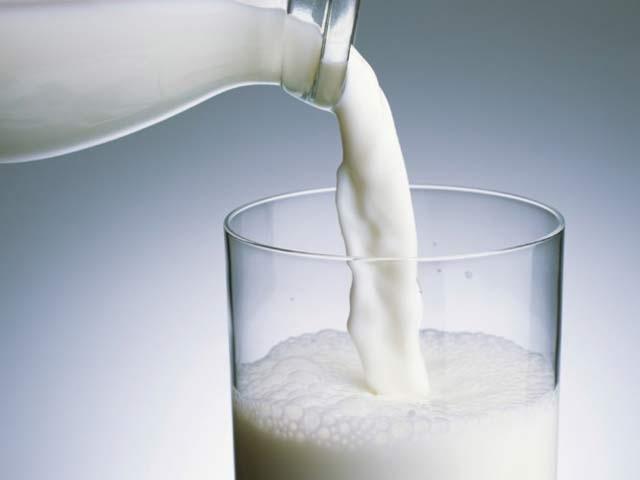 بچوں کو روزانہ دودھ کے دو گلاس پلائیں جس سے وہ ذیابیطس اور دیگر امراض سے محفوظ رہیں گے۔ فوٹو: فائل