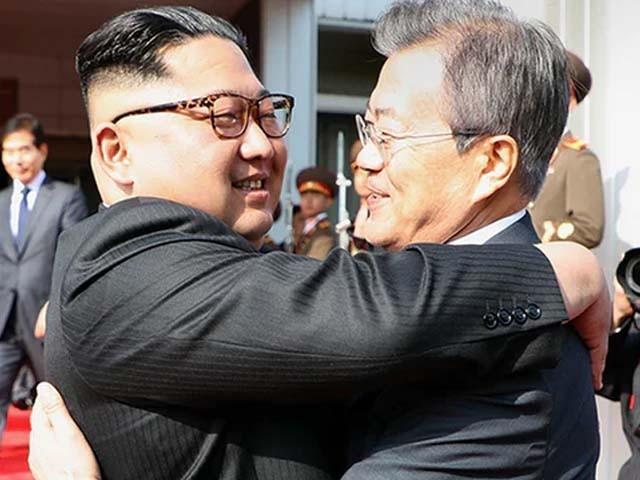 جنوبی کوریا اور شمالی کوریا کے سربراہان کے درمیان سرپرائز ملاقات غیر فوجی علاقے میں ہوئی۔ فوٹو : سوشل میڈیا