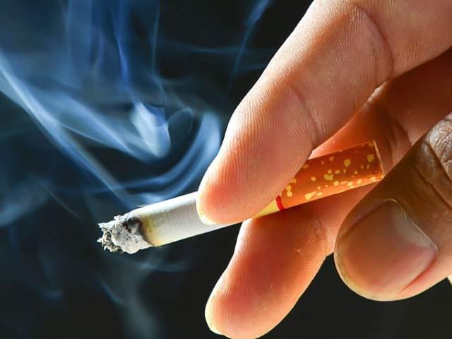 نئی تحقیق سے معلوم ہوا ہے کہ تمباکو نوشی سے پیروں کے عضلات کمزور ہوتے ہیں ۔ فوٹو: فائل