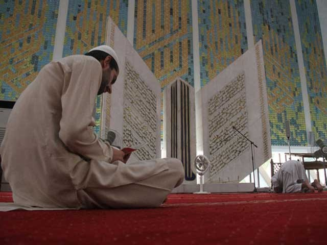 رمضان کا مہینہ ہر سال قرآن کی یہ پکار لگاتا جارہا ہے کہ آؤ اور جانو کہ ﷲ نے قرآن میں آپ سے کیا کہا ہے؟ فوٹو: انٹرنیٹ