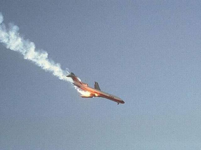 1978 کی اس تصویر میں ساؤتھ ویسٹ ایئرلائن کا ایک طیارہ حادثے کے بعد زمین کا رخ کررہا ہے۔ فوٹو: بورڈ پانڈا