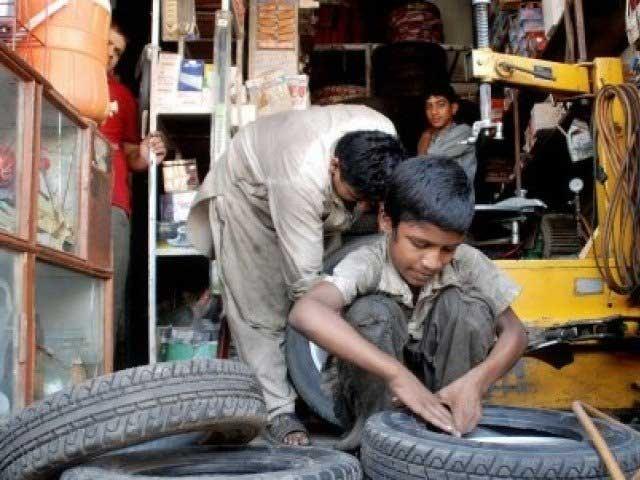 مہنگائی اور بے روزگاری نے غریب خاندانوں کو اپنے بچوں کو محنت مشقت پر لگانے پر مجبور کردیا ہے۔ فوٹو: انٹرنیٹ