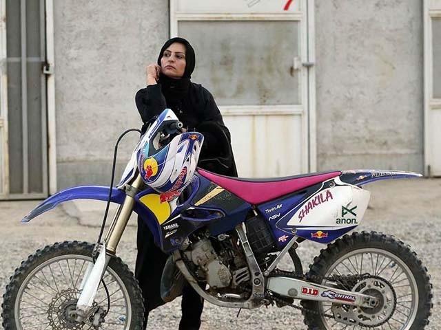 سعودی عرب میں خواتین موٹر سائیکل چلانے کی تربیت حاصل کرلی ہیں۔ فوٹو : فائل