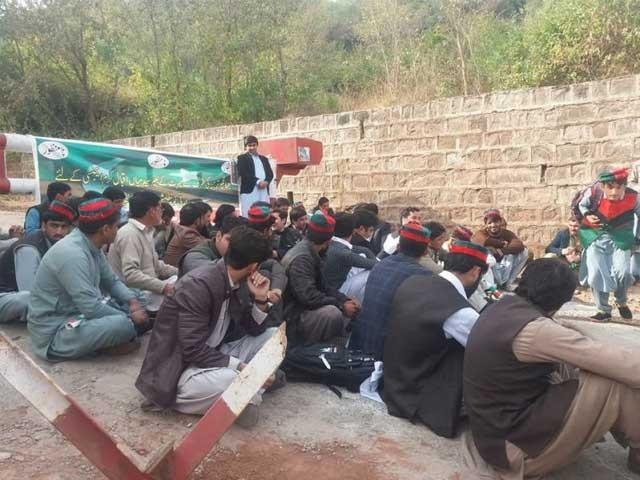پی ٹی آئی کارکنان نے عمران خان کی گاڑی روک لی، نظریاتی کارکنان کو عزت دو کے نعرے فوٹو:فائل