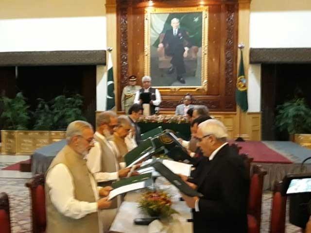نگراں وزراء سے گورنر خیبر پختونخوا اقبال ظفر جھگڑا نے حلف لیا۔۔ فوٹو : فائل