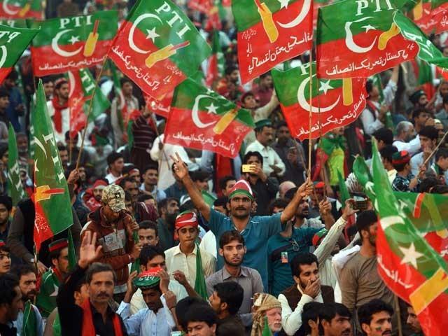 سیاسی حلقوں میں یہی بات چل رہی ہے کہ تحریک انصاف کو تحریک انصاف ہی شکست دے سکتی ہے۔ (فوٹو: انٹرنیٹ)