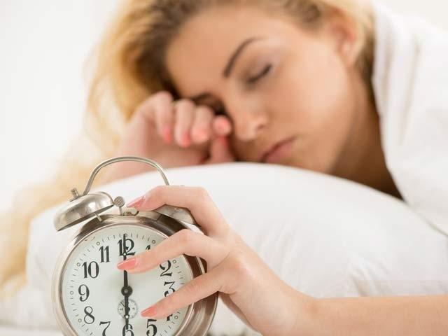 اگر خواتین دیر سے جاگیں تو یہ عادت ان میں ڈپریشن کی وجہ بن سکتی ہے (فوٹو: فائل)