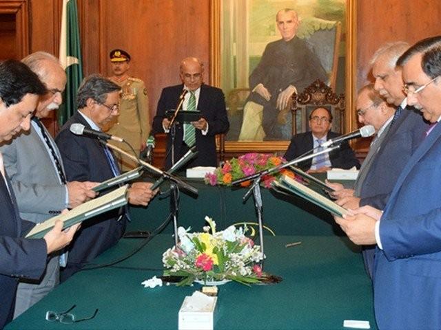 فیصل مشتاق نے سرکاری قواعد و ضوابط کو عدالتوں میں چیلنج بھی کر رکھا ہے۔ فوٹو:فائل