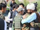 طالبان نے  نماز سے قبل ہتھیار جمع کرائے، فوٹو: ٹوئٹر