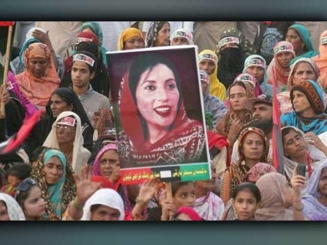 پاکستان کی سیاسی تاریخ میں لیاری کی انفرادیت یہی ہے کہ اس علاقے میں کسی کے بھی رکنِ اسمبلی منتخب ہونے کا انحصار یہاں کی خواتین پر ہوتا ہے۔ (فوٹو: فائل)