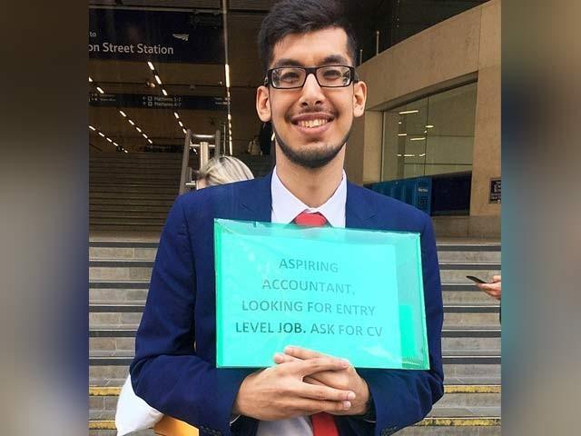 کامران حسین نے مصروف جگہوں پر سی وی تقسیم کرکے صرف ایک دن میں ملازمت حاصل کرلی (فوٹو: ڈیلی میل)