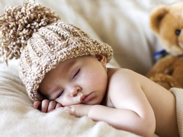 نومولود بچوں کو جلد ہی ٹھوس غذا دینے سے ان کی نیند بہتر ہوتی ہے۔ فوٹو: فائل