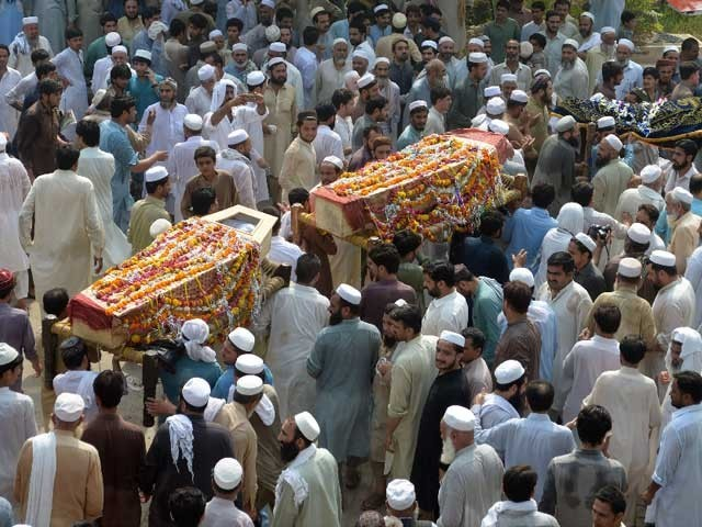 اجتماعی نماز جنازہ رحمان بابا قبرستان عیسیٰ خیل جنازہ گاہ میں ادا کی گئی فوٹو: اے ایف پی