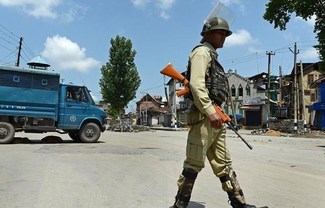 ضلع شوپیاں میں 3 کشمیری نوجوانوں کے قتل پر آج پورے کشمیر میں شٹر ڈاؤن ہڑتال کی جا رہی ہے۔ فوٹو : فائل