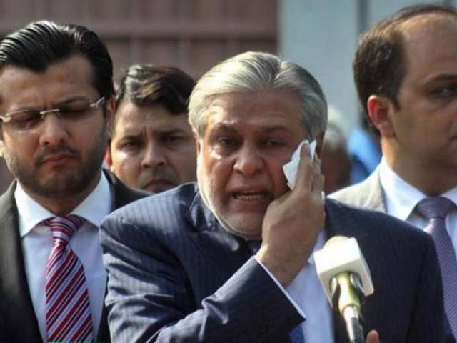 سابق وزیر خزانہ اسحاق ڈار مختلف مقدمات میں مطلوب ہیں۔ فوٹو : فائل