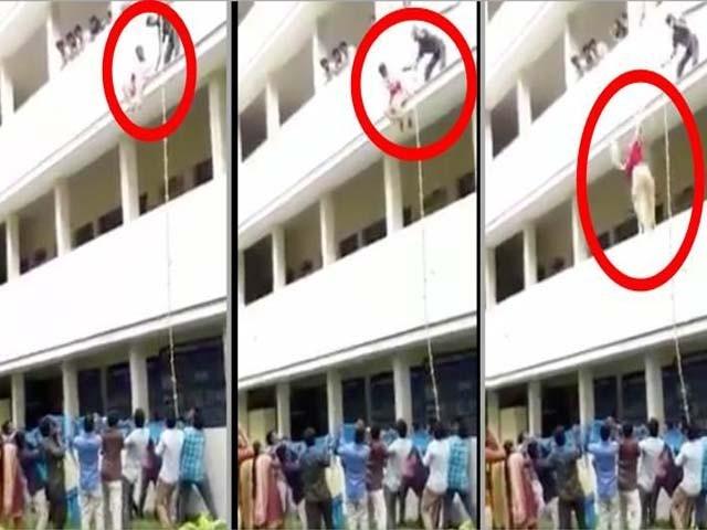 اہلکار نے طالبہ کا خوف دور کرنے کے لیے دھکا دے دیا۔ فوٹو : بھارتی میڈیا