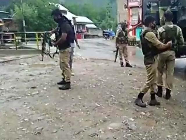 آج علی الصبح موٹر سائیکل سوار نامعلوم مسلح افراد نے اننت ناگ میں سیکیورٹی چوکی پر حملہ کردیا۔ فوٹو : بھارتی میڈیا