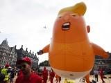 امریکی صدر ڈونلڈ ٹرمپ کی آمد پر انہی کی شکل والا 20 فٹ طویل غبارہ فضاء میں بلند کیا گیا (فوٹو: فائل)