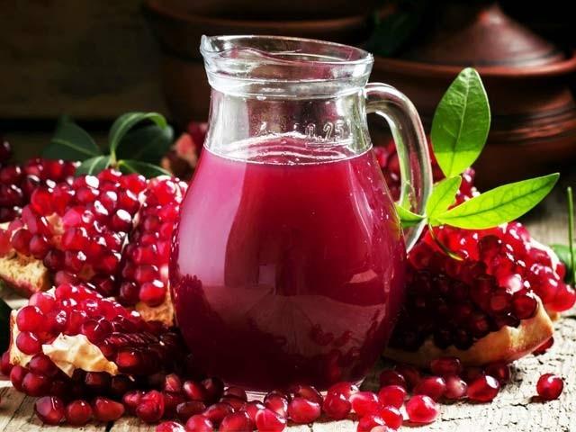 ماہرین کے مطابق انار میں 100 طرح کے پولی فینولز اور اینٹی آکسیڈںٹس پائے جاتے ہیں جو اسے 'سپر پھل' بناتے ہیں۔ (فوٹو: فائل)