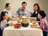 رات کا کھانا جلدی کھانے کی بدولت پروسٹیٹ کینسر اور بریسٹ کینسر کا خطرہ بھی کم ہوجاتا ہے۔ (فوٹو: انٹرنیٹ)