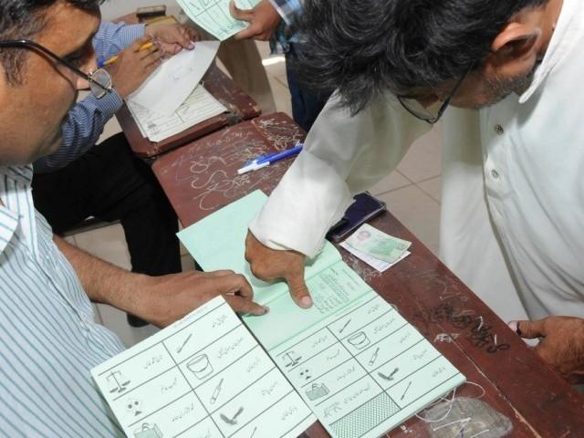 کوئی بھی ملازم غیر حاضرہوا تو الیکشن کمیشن کے قوانین کے مطابق نوکری سے نکال دیا جائے گا، آر او: فوٹو: فائل