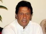 عمران خان نے شاہد خٹک کو پیچھے دھکیلنے کیلیے ہاتھ گھمایا جو ان کے چہرے پر جا لگا۔ فوٹو: فائل